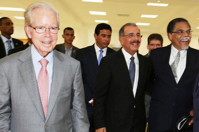 El empresario José Luis Corripio, el presidente Danilo Medina y el director de Hoy, Bienvenido Álvarez-Vega