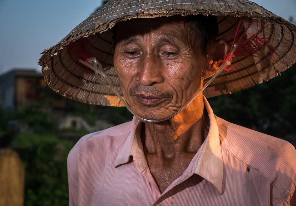 VAN HA, VIETNAM - CIRCA SEPTEMBER 2014: Farmer at the Lang Gom Tho Ha village. The village belongs to the Van Ha commune, it is located 50km away from Hanoi in Northern Vietman (Daniel Korzeniewski)