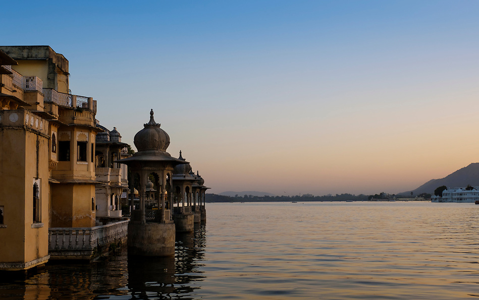 UDAIPUR, INDIA - CIRCA NOVEMBER 2016: Lake Pichola at sunset in Udaipur (Daniel Korzeniewski)