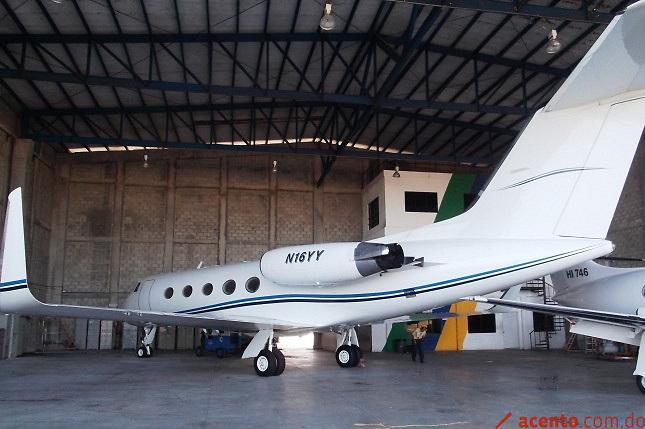 El avión en un hagar de República Dominicana.