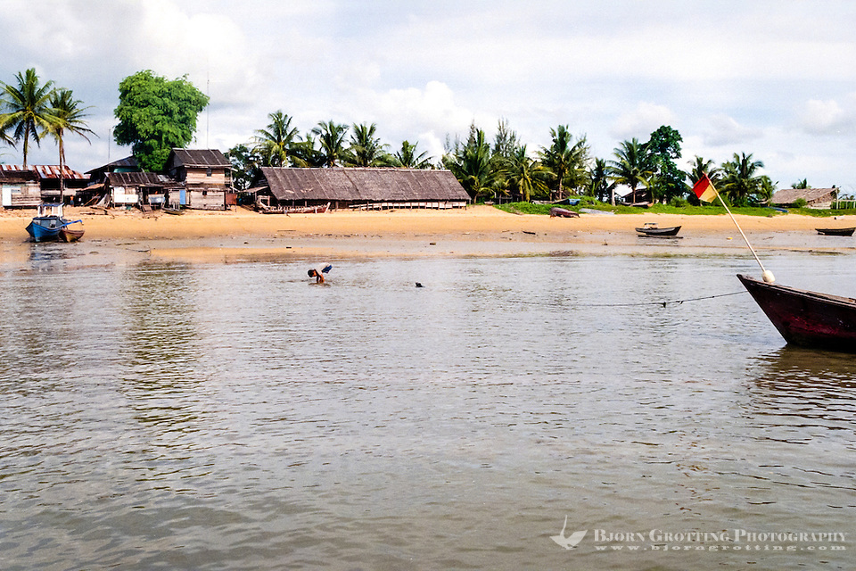 Kalimantan, Tanjung Datu. Small village close to the Malaysian border. The beach. (Bjorn Grotting)