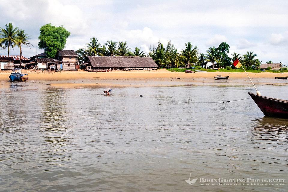 Kalimantan, Tanjung Datu. Small village close to the Malaysian border. The beach. (Bjorn Grotting)