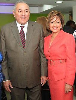 Fiordaliza Pichardo junto a Vicente Bengoa, en una actividad celebrada cuando el primera era administrador del Banco de Reservas