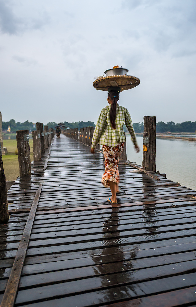 MANDALAY, MYANMAR - CIRCA DECEMBER 2013: Woman crossing the U Bein Bridge in Amarpura (Daniel Korzeniewski)