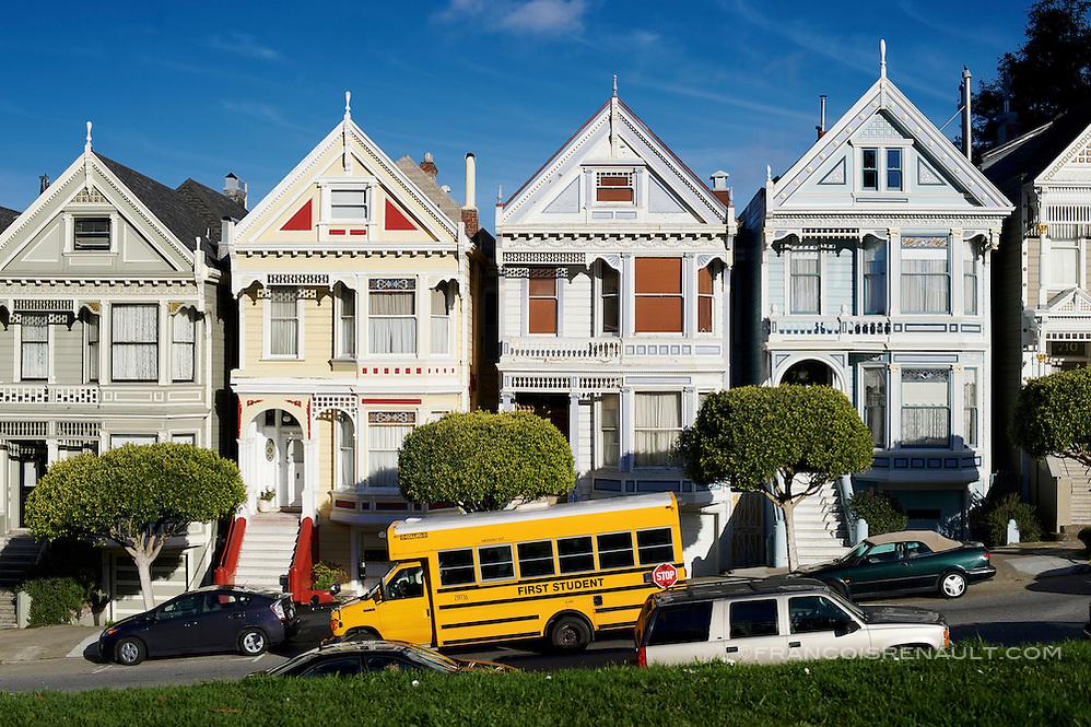 """Les célèbres """"Painted Ladies"""" sur Steiner Street près d'Alamo Square à San Francisco. The famous """"Painted Ladies"""" on Steiner Street near Alamo Square in San Francisco. (francois renault)"""