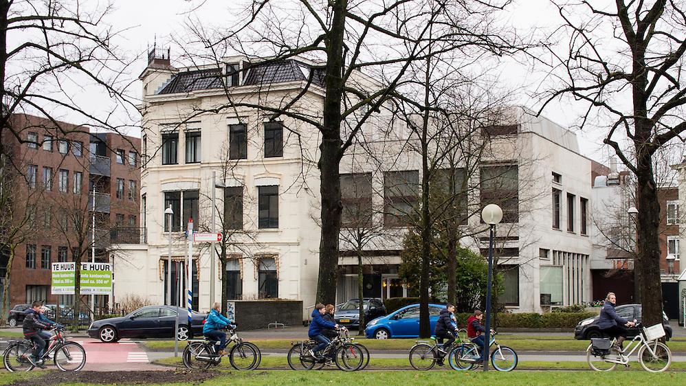 In Leeuwarden fietst een schoolklas door de stad.