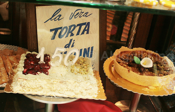 Italy Celebrates 150 Years in Photos - Cake to celebrate 150 years in Italy