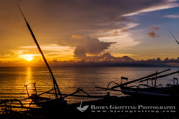 Nusa Tenggara, Lombok, Senggigi. The sun sets in the ocean, in the backgrund you can see Gunung Agung on Bali. (Bjorn Grotting)