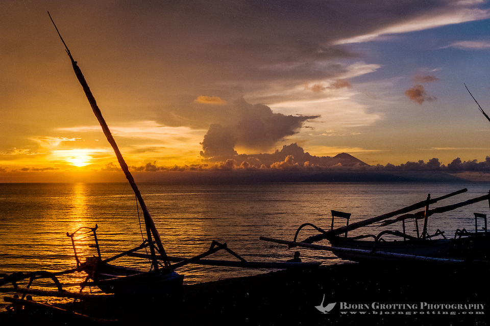 Nusa Tenggara, Lombok, Senggigi. The sun sets in the ocean, in the backgrund you can see Gunung Agung on Bali. (Photo Bjorn Grotting)