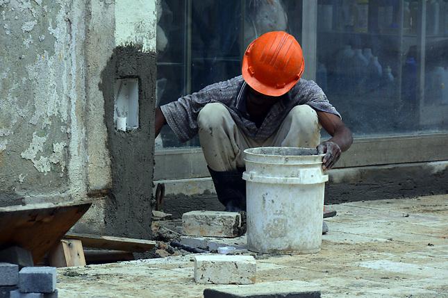 Obrero haitiano trabajando en la Zona Colonial de la capital dominicana. Foto: Acento.com.do