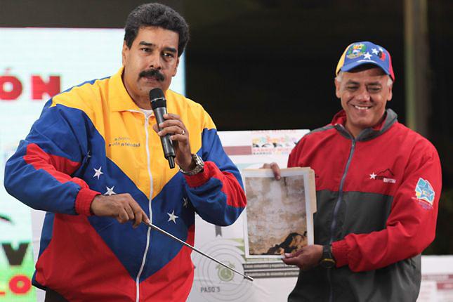 CARACAS (VENEZUELA), 30/10/2013.- Fotografía cedida por el Palacio de Miraflores donde se observa al presidente de Venezuela, Nicolás Maduro, hoy, miércoles 30 de octubre de 2013, durante un acto de Gobierno en Caracas (Venezuela). Maduro aseguró que el rostro del fallecido gobernante Hugo Chávez (1999-2013) apareció en una de las paredes rocosas de uno de los túneles, que forman parte de la excavación de una línea en construcción del Metro de Caracas, y de la cual mostró una foto. EFE/Prensa Miraflores/SOLO USO EDITORIAL/NO VENTAS Crédito: EFE