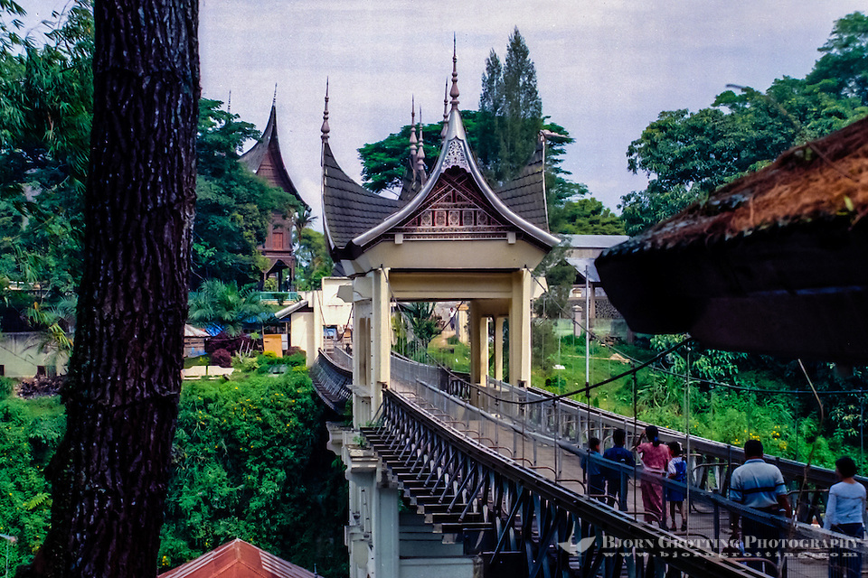West Sumatra, Bukittinggi. The Limpapeh Bridge leads from the Benteng de Kock fort to the museum and the nearby zoo. (Photo Bjorn Grotting)