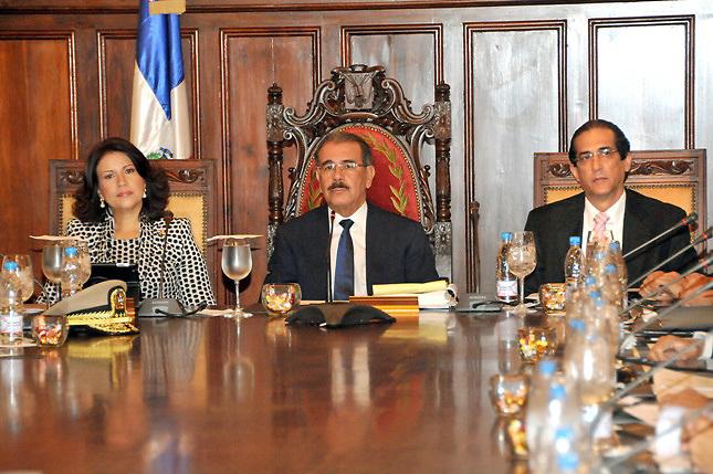 Danilo prohíbe viajes, fiestas y compra de vehículos a todos los funcionarios