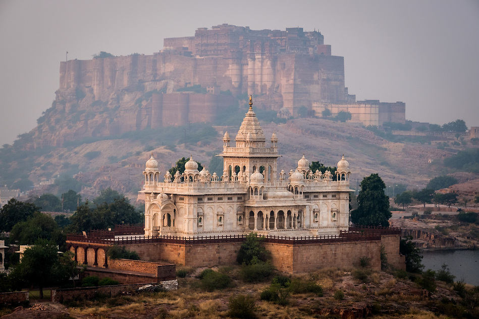 JODHPUR, INDIA - CIRCA NOVEMBER 2016: Jaswant Thada Memorial and the Mehrangarh Fort in Jodphur (Daniel Korzeniewski)