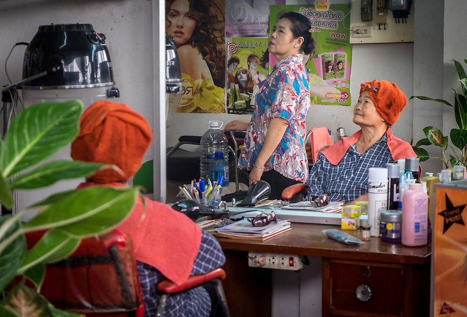 MAE KLONG - TAHILAND - CIRCA SEPTEMBER 2014: Thai women in a hair salon around the Maeklong Railway Market (Daniel Korzeniewski)