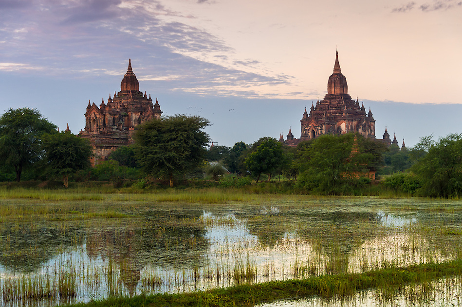 View of the Tha Beik Hmauk Gu Hpaya and Sulamani temples over the plains of Bagan in Myanmar (Burma) (Daniel Korzeniewski)