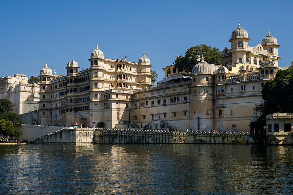 UDAIPUR, INDIA - CIRCA NOVEMBER 2016: View of the City Palace and Lake Pichola in Udaipur (Daniel Korzeniewski)
