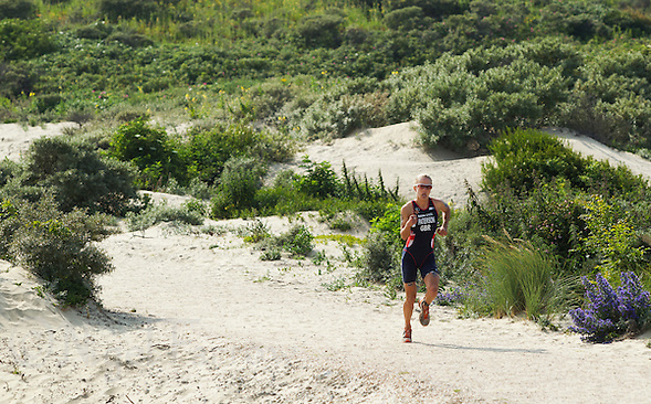 13 JUL 2013 - DEN HAAG, NED - Lesley Paterson (GBR) of Great Britain runs through the dunes during the 2013 ITU Elite Women's Cross Triathlon World Championships in Kijkduin, Den Haag (The Hague), the Netherlands (PHOTO COPYRIGHT © 2013 NIGEL FARROW, ALL RIGHTS RESERVED) (NIGEL FARROW/COPYRIGHT © 2013 NIGEL FARROW : www.nigelfarrow.com)