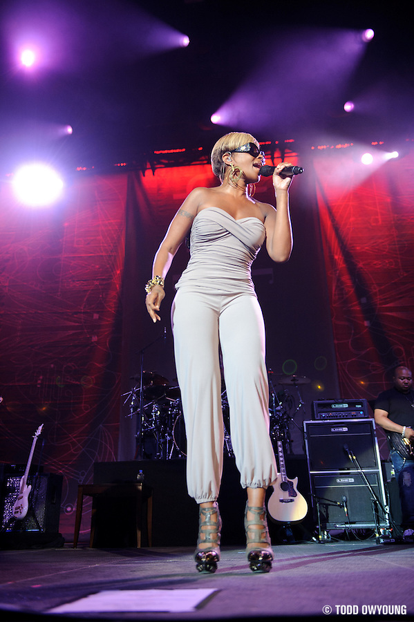 Mary J. Blige perfroming at Lilith Fair 2010 at Verizon Wireless Amphitheater in St. Louis, MO on July 16, 2010 (Todd Owyoung)