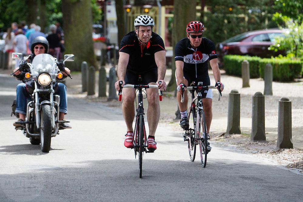 In de omgeving van Lage Vuursche genieten mensen op de fiets van het mooie weer tijdens het Pinksterweekeinde.