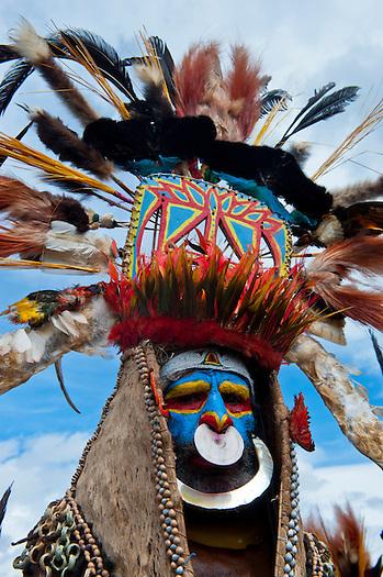 Bunt geschmückte und bemalte Volksstämme feiern das traditionelle Sing Sing in Mount Hagen im Hochland von Papua Neu Guinea, Melanesien*Colourful dressed and face painted local tribes celebrating the traditional Sing Sing in in the Highlands of Papua New Guinea, Melanesia (Michael Runkel)