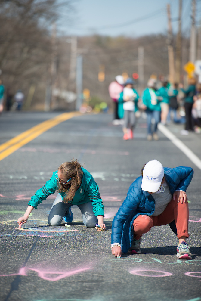 4/18/16 – Boston, MA – Friends and family of Tufts Marathon Team runners chalk the course at Mile 9 of the 2016 Boston Marathon in Natick, MA on April. 18, 2016. (Sofie Hecht / The Tufts Daily) (Sofie Hecht / The Tufts Daily)