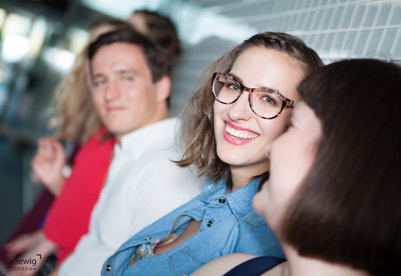 Österreich, Wien, Gruppe junger Leute wartend in U-Bahnstation, an Wand gelehnt, gemeinsam etwas unternehmen, auf dem Weg zu Party, Spaß haben, Sommer,  Freizeit genießen (Dieter Schewig)