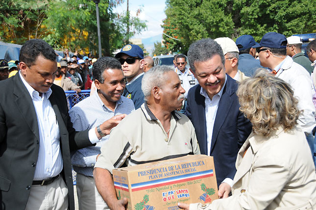 Félix Bautista junto al entonces presidente Leonel Fernández, repartiendo dádivas a personas pobres.