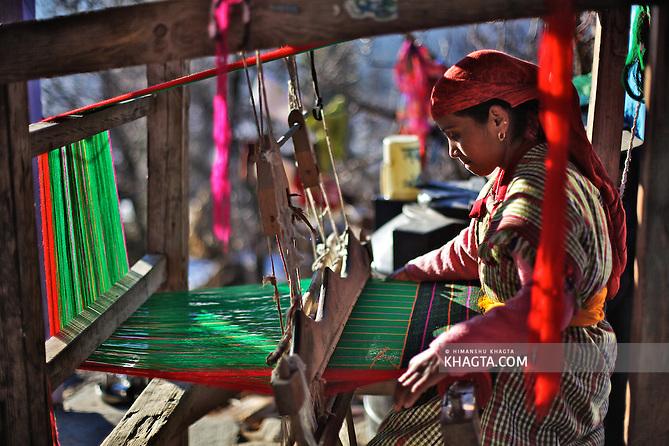 A lady weaving a Kullu Shawl in the backyard of her home in Kullu (Himanshu Khagta)