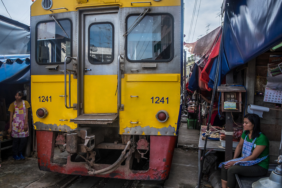 MAE KLONG - TAHILAND - CIRCA SEPTEMBER 2014: Train approaching the stalls at the Maeklong Railway Market (Daniel Korzeniewski)