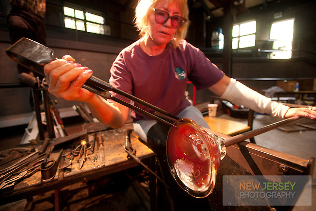Master glass artist, Glass Studio at the Wheaton Arts and Cultural Center, Millville, New Jersey (Steve Greer / SteveGreerPhotography.com)