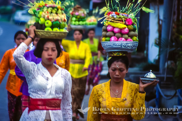 Bali, Tabanan, Bedugul. Women on their way to the temple with offerings to the gods. In the temple the offerings will be blessed and then brought back home to be eaten. (Bjorn Grotting)