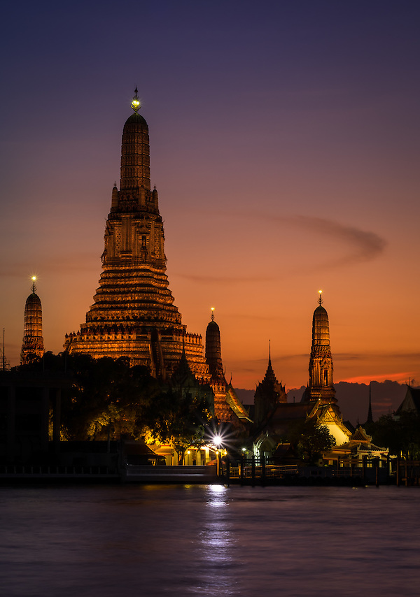 BANGKOK, THAILAND - CIRCA SEPTEMBER 2014: Wat Arun at night, this is a very  popular Buddhist temple in Bangkok Yai district of Bangkok, Thailand, on the Thonburi west bank of the Chao Phraya River (Daniel Korzeniewski)