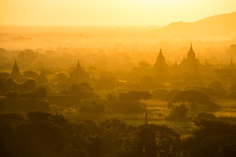 Sunrise over the famous temples and pagodas in Bagan in Myanmar (Daniel Korzeniewski)