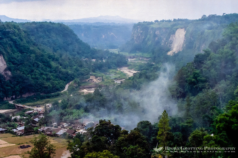 West Sumatra, Bukittinggi. Sianok canyon (Ngarai Sianok) is a steep valley (ravine) located in Bukittinggi, about 15 km long. Houses at the valley floor. (Photo Bjorn Grotting)
