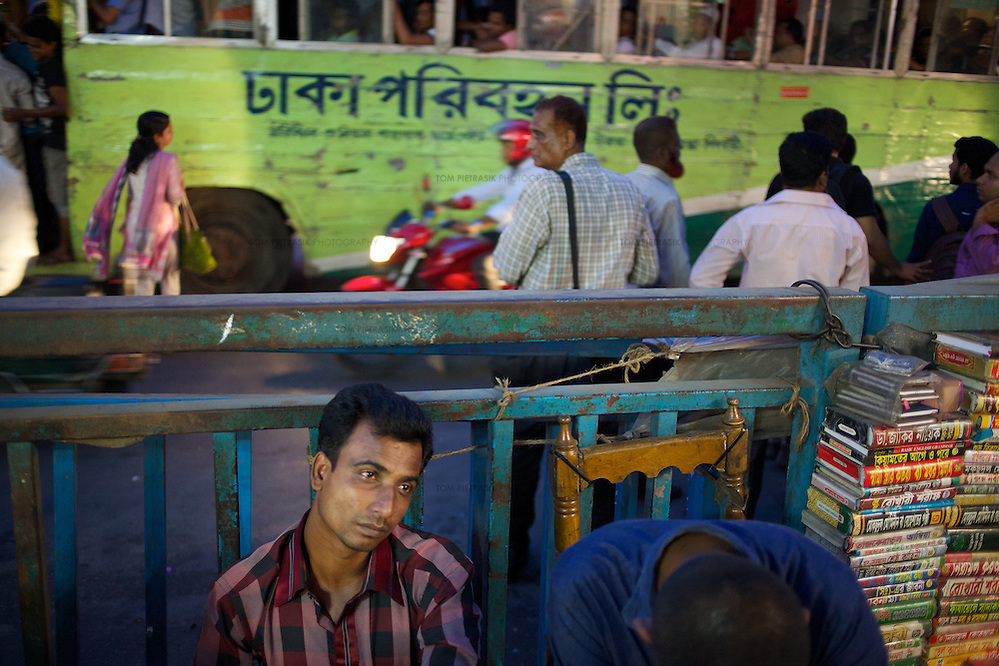 Market traders and busy traffic during evening rush hour in Dhaka. Photo: Tom Pietrasik Dhaka, Bangladesh November 9th 2014 (Tom Pietrasik)