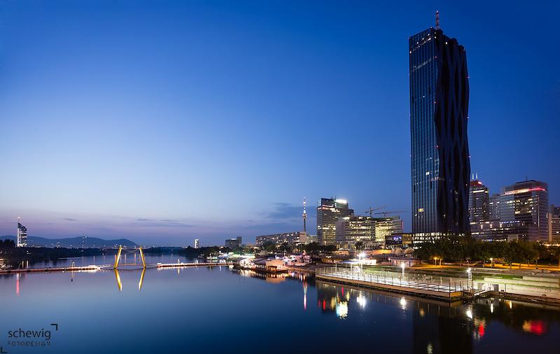 Donaucity mit DC Tower 1 (Dominique Perrault), Freizeitareal Copa Kagrana, Milleniums Tower, Neue Donau, Österreich, Wien, Donaustadt, Kaisermühlen, Blaue Stunde (Dieter Schewig)