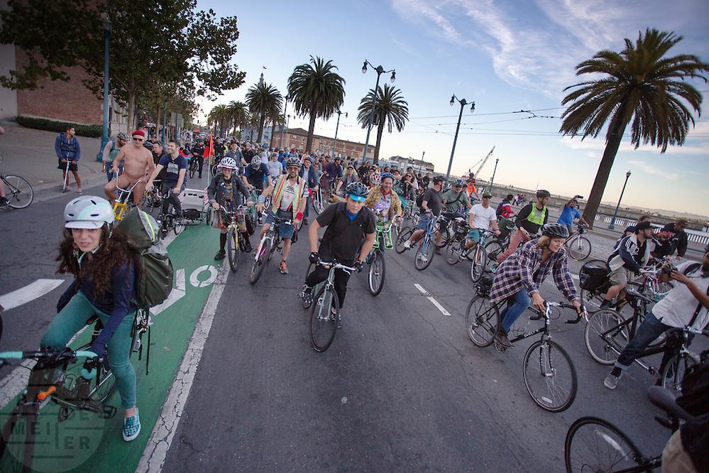 In San Francisco rijden een honderdtal fietsers mee met de Critical Mass San Francisco.