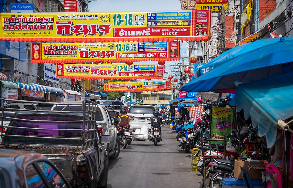 MAE KLONG - TAHILAND - CIRCA SEPTEMBER 2014: Typical street in Mae Klong, around the Maeklong Railway Market in Thailand (Daniel Korzeniewski)