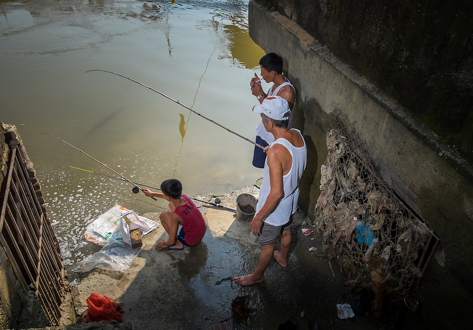 VAN HA, VIETNAM - CIRCA SEPTEMBER 2014: Villagers fishing over the Cau River in the Lang Gom Tho Ha village. The village belongs to the Van Ha commune, it is located 50km away from Hanoi in Northern Vietman (Daniel Korzeniewski)