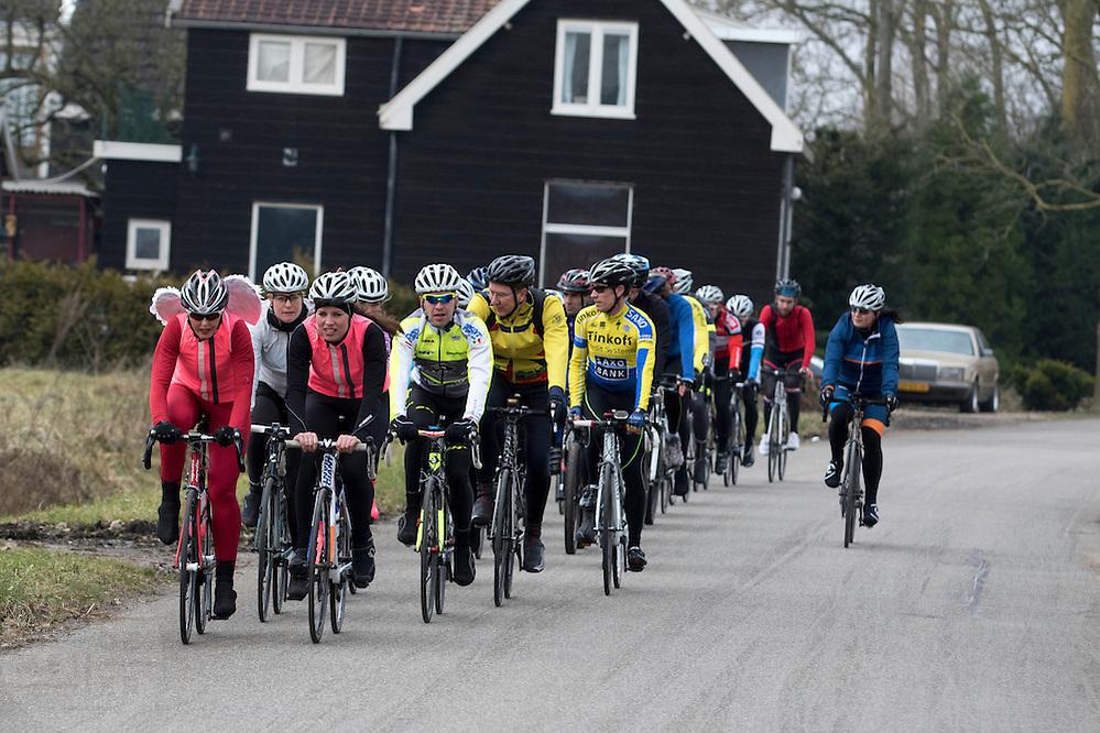 In Utrecht rijden op Valentijnsdag zestig vrijgezelle mannen en vrouwen op de racefiets om te speetdaten.