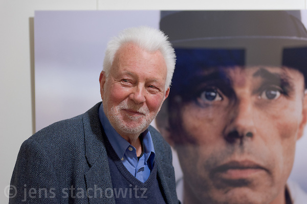 Der weltbekannte deutsche Fotograf Robert Lebeck eröffnete am 18.03.2011 seine Ausstellung in der Lumas-Galerie in Düsseldorf. Hier steht er vor seinem Portrait von Joseph Beuys. Sein Blick sucht die Menschen im Raum. / The world-renowned german photographer Robert Lebeck openend his exibition in the Lumas Gallery in Düsseldorf on 2011-03-18. Here he stands in front of his portrait of Joseph Beuys. Lebecks view seeks the other people in the room. (Jens Stachowitz)