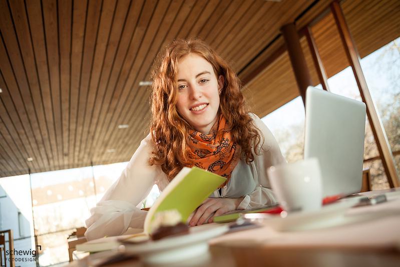 Creative Workplace, junge Frau, kreativ, Arbeiten außerhalb des Büros, Laptop, Kaffeepause, Restaurant, Österreich, Horn (dieter schewig)