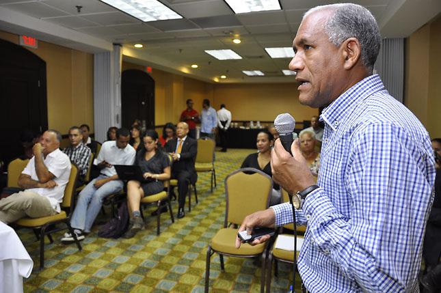 Nelson Suárez, que dirigió la investigación, habla en el acto.