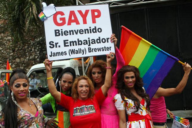 Por embajador Brewster, gays y evangélicos homófobos medirán fuerzas