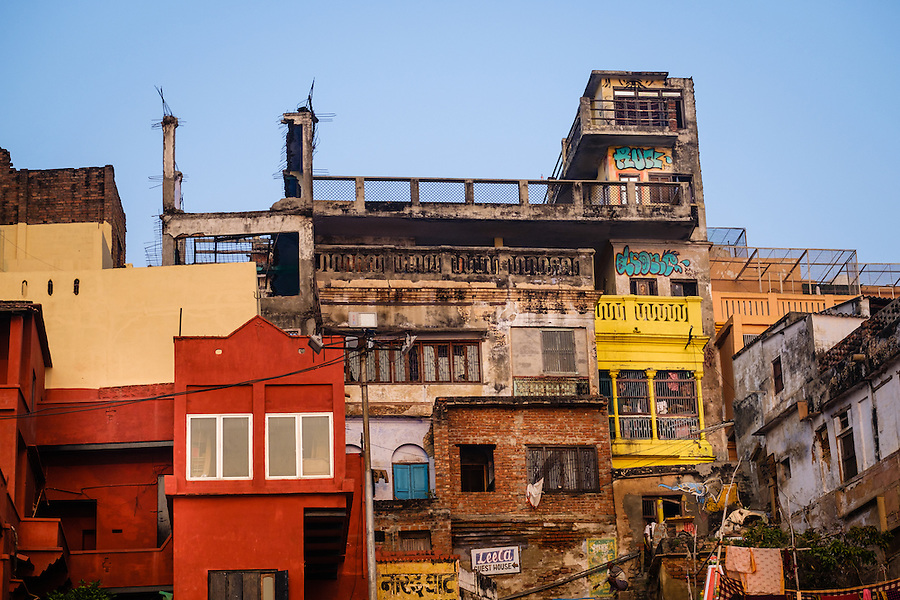 VARANASI, INDIA - CIRCA NOVEMBER 2016: Typical houses over the Ganges river in Varanasi (Daniel Korzeniewski)