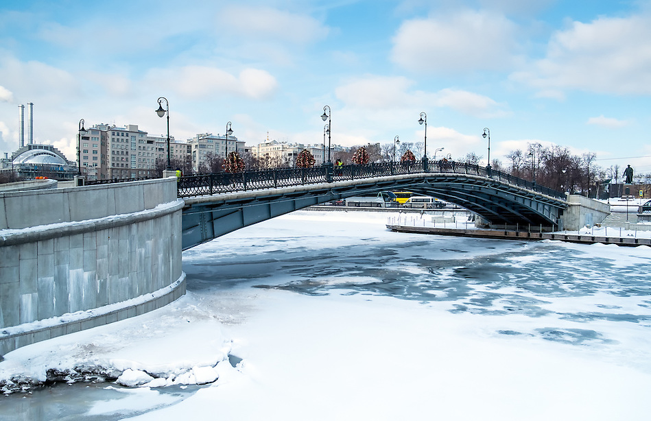 View of one of the many bridges crossing the Moskva River in Moscow, during winter time with a frozen river. (Daniel Korzeniewski)