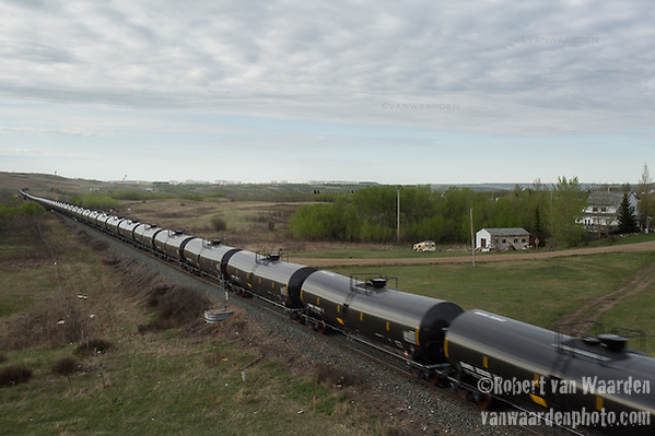 An huge oil train approaches the Hardisty rail terminal. (Robert van Waarden)