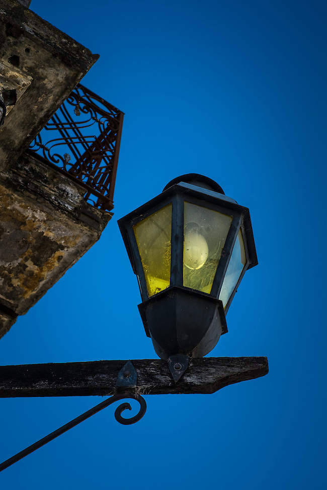 Typical antique lamp in the streets of Colonia del Sacramento, Uruguay (Daniel Korzeniewski)