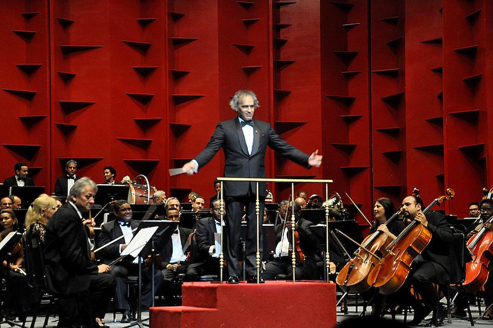 El maestro José Antonio Molina ofreció ayer, con el merengue, una jornada que reivindica el ritmo nacional. 41 años del Teatro Nacional muy bien celebrados.